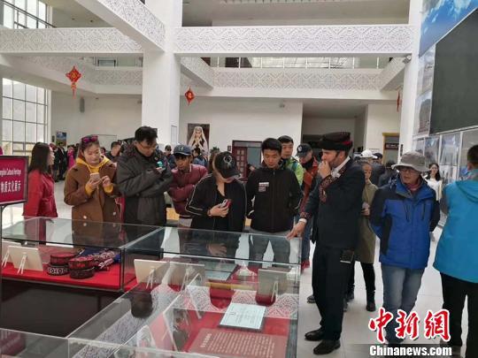 5月3日,导游在外游客进行讲解。 塔县文旅局供图 摄