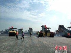 武汉天河机场一跑道大修工程进入沥青铺设阶段 暂定6月5日前完成
