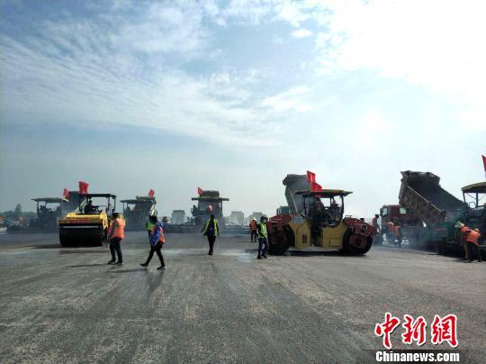 武汉天河机场一跑道大修工程进入沥青铺设阶段 李军 摄