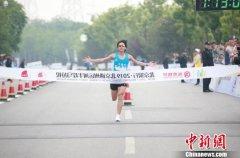 京津冀近万名跑者在北京通州大运河畔参与半程马拉松比赛