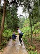 曼瑜天雅90后总裁陈巧儿贵州收养两名贫困儿童