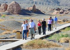 新疆阿克苏地区库车县苏巴什佛寺遗址迎来10多名德国游客