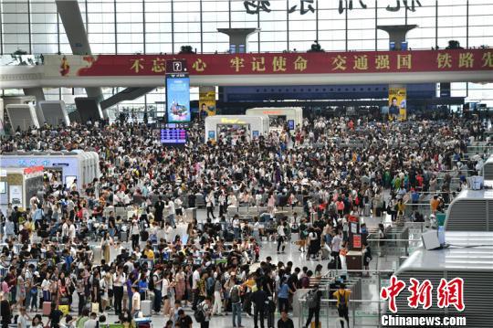 图为端午假期的杭州东站。 张煜欢 摄