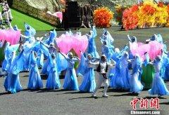 四川省阿坝州马尔康市第八届嘉绒锅庄文化旅游节在马尔康市开幕