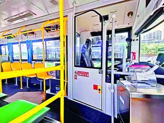 新款公交车的大包围防护栏可隔离开司机与乘客。