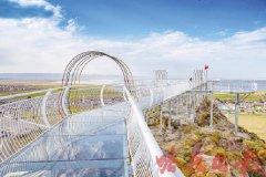 新疆哈密市巴里坤县高空玻璃栈道抓紧施工 计划本月中旬开放迎客