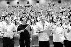 徐峥宁浩与两千名北大学子共同唱起《我和我的祖国》