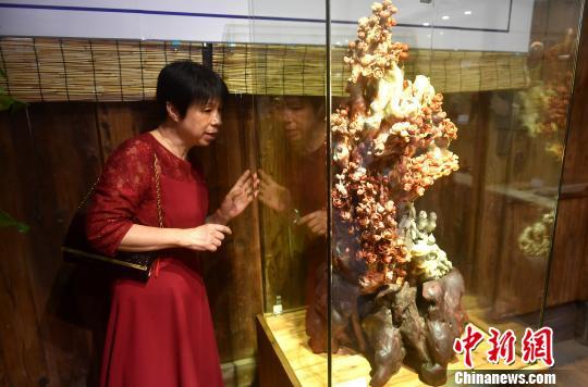 图为市民在寿山石雕展区参观。 吕明 摄
