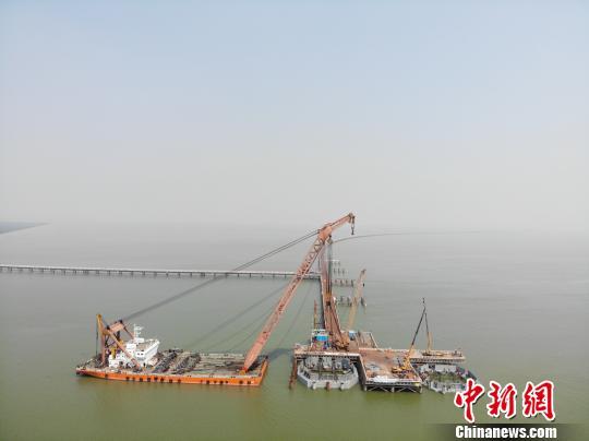 深中通道中山大桥完成钢吊箱下放 岳路建 摄