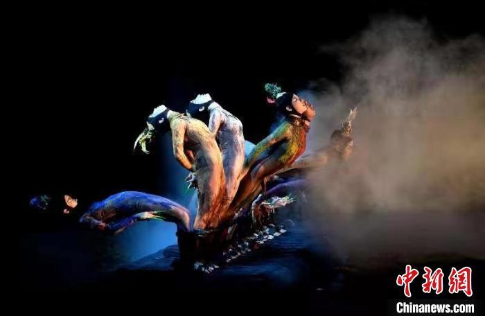 11月2日晚,由中国著名舞蹈家杨丽萍担任总编导的现代舞剧《春之祭》在福州海峡文化艺术中心上演。 吕明 摄