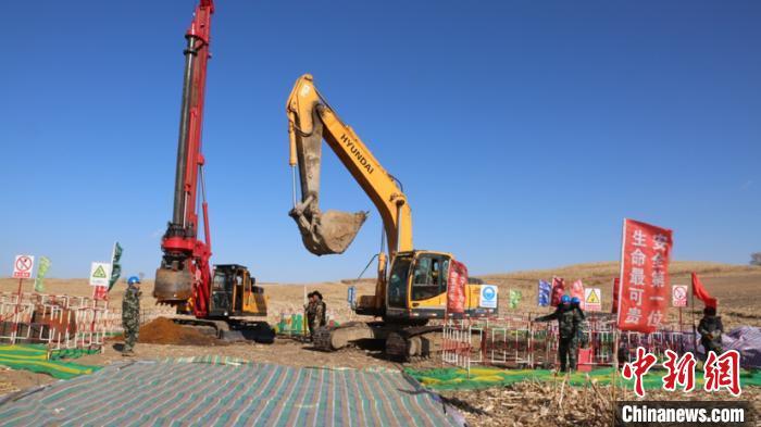 图为牡佳客专桦林东牵引站220千伏外部供电工程基础施工。张恩全摄