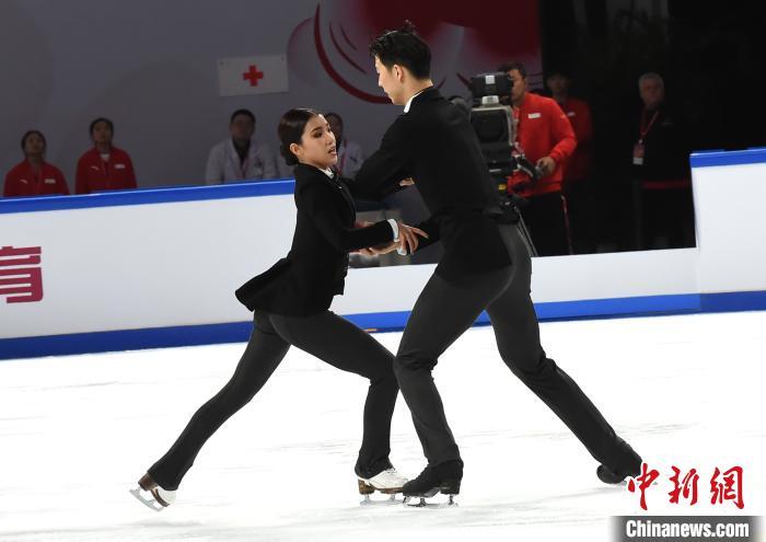 图为在8日进行的中国杯花样滑冰大奖赛冰舞韵律舞比赛中,中国组合王诗玥、柳鑫宇凭借一曲《查理·卓别林》以74.77分排名第四。 周毅 摄