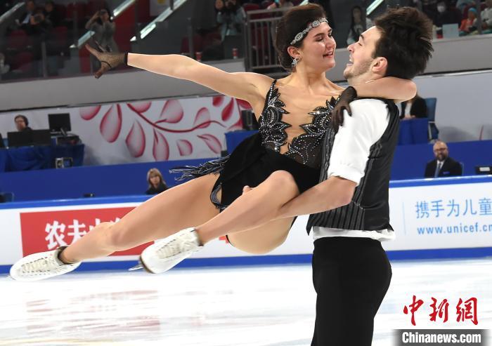 """图为运动员演绎""""冰上芭蕾""""。 周毅 摄"""