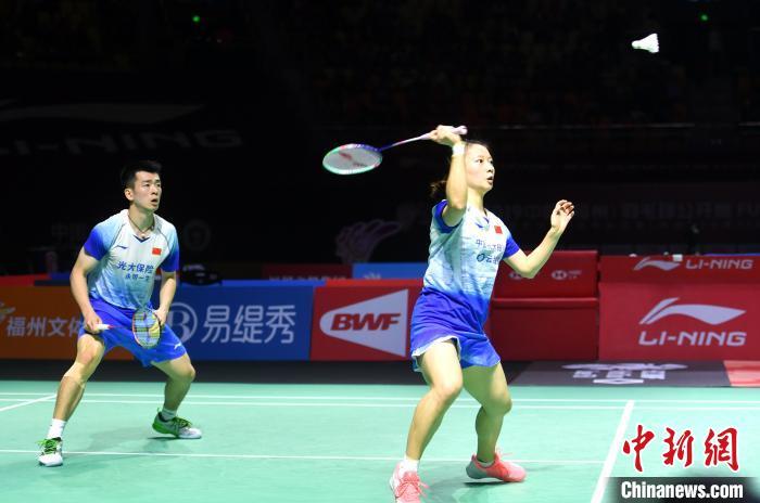 图为郑思维(左)、黄雅琼在比赛中。 吕明 摄