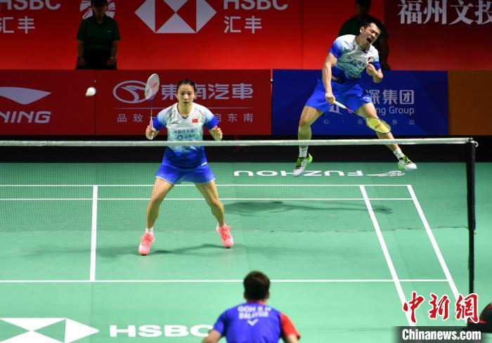 图为郑思维(右)、黄雅琼在比赛中。 吕明 摄