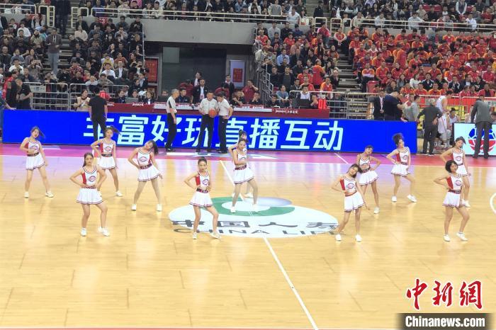 图为现场啦啦队互动表演。 吴鹏泉 摄