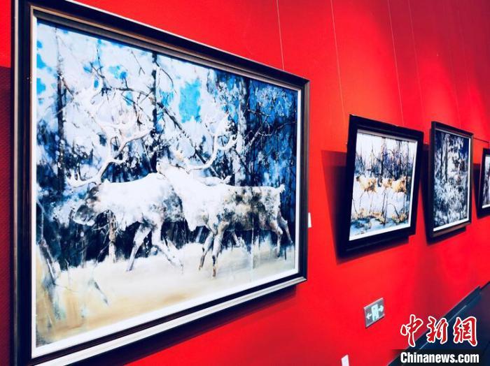 图为展览现场冷极文化作品展示。 根河市政府供图 张玮 摄