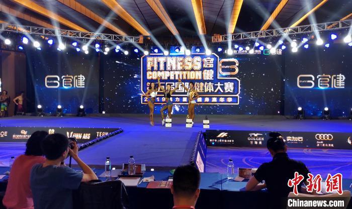 专业女子比基尼组前3名获得者。 杨伏山 摄