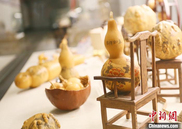传统手工艺兰州刻葫芦。 高展 摄