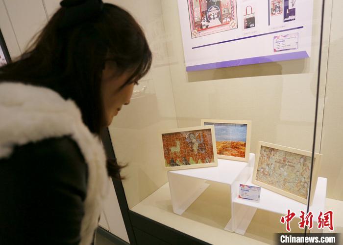 展品中,带有敦煌元素的艺术品受到参观者青睐。 高展 摄