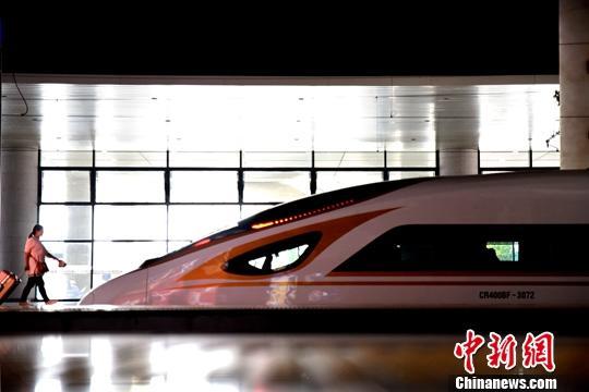 资料图:旅客在火车站乘坐高铁。<a target='_blank'  data-cke-saved-href='http://www.chinanews.com/' href='http://www.chinanews.com/'>中新社</a>发 鲍赣生 摄