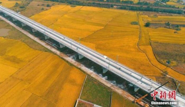 图为航拍下的昌赣高铁泰和赣江特大桥引桥。(资料图) 邓和平 摄