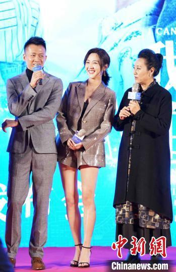 演员唐曾、徐小飒、王丽云参加互动环节。 苏丹 摄
