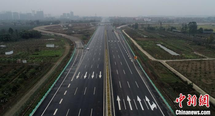 图为正在扩容改建的成乐高速彭山收费站。 刘忠俊 摄