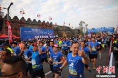 2019肇庆国际半程马拉松举行 8000名选手参赛竞逐
