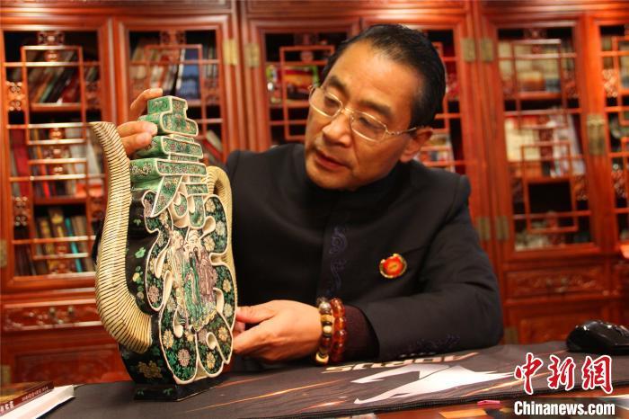图为万世之宝博物馆藏品清代素三彩福寿壶 孟豪 摄