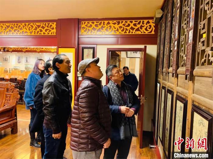图为韩国友人参观万世之宝博物馆 孟豪 摄