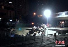 厦门一建设中地铁口附近发生地面坍塌 造成供水管道破裂