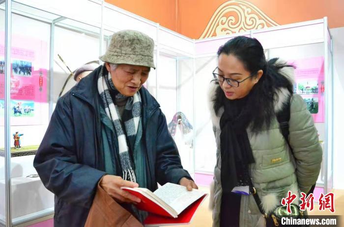图为北京市民董锡珍向记者展示自己的笔记本。 鲁丹阳 摄