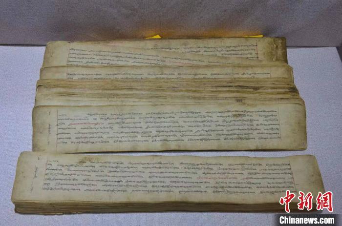 图为格萨尔王《霍岭之战》手抄本。 鲁丹阳 摄