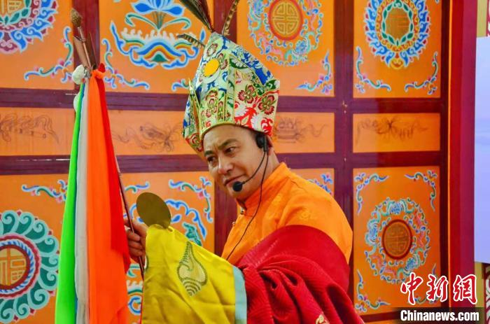 图为青海省格萨尔史诗国家级传承人才智说唱表演《格萨尔》剧中的《赛马称王》。 鲁丹阳 摄