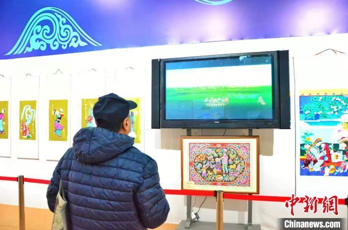 图为北京市民翟林康观看展馆内的青海纪录片。 鲁丹阳 摄