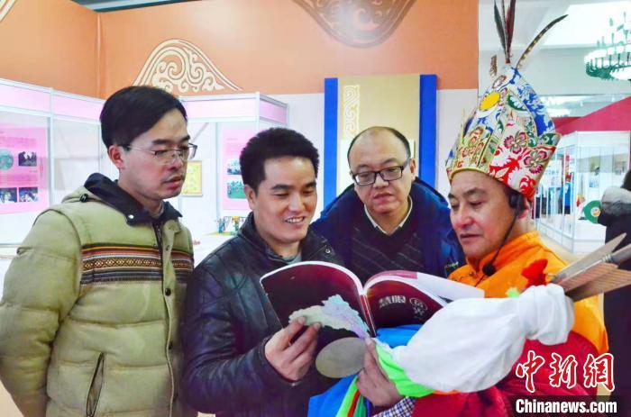 图为青海省格萨尔史诗国家级传承人才智与参观者进行交流。 鲁丹阳 摄