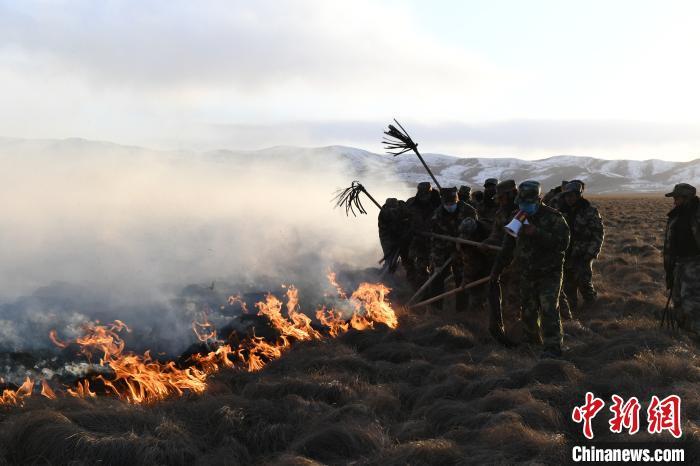 灭火队员正在扑火。 钟欣 摄