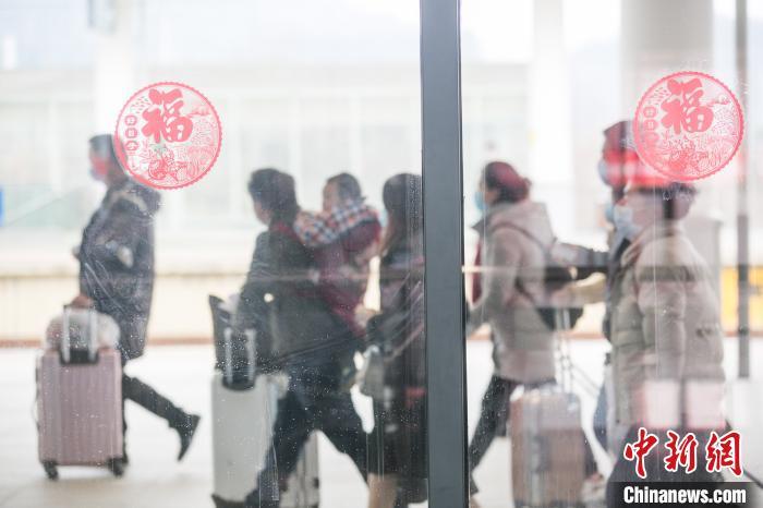 贵州省毕节市首趟动车专列开出