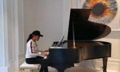 刘晓庆弹三角钢琴大秀琴技 琴声婉转悠扬