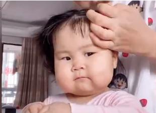 亳州1岁萌娃扎丸子头神似小岳岳十分的呆萌可爱