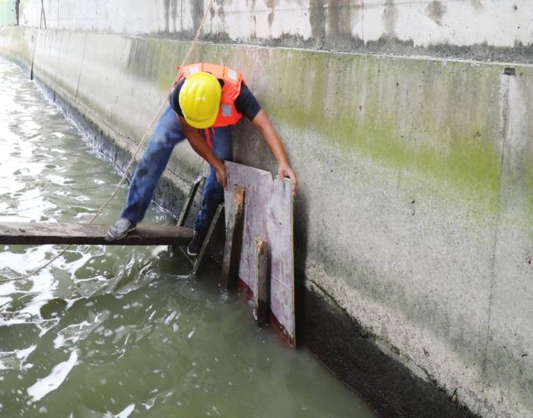 昨日,施工队员在对一处水上排口进行封堵。□记者  张健  摄